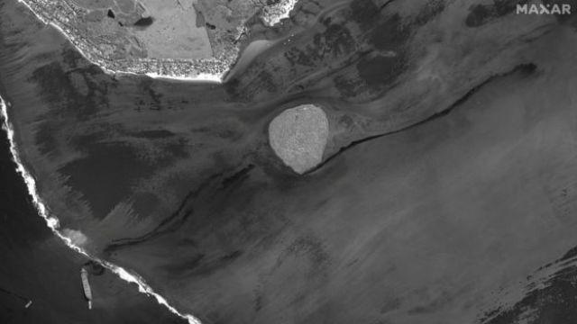 Une image satellite montre le navire et la marée noire