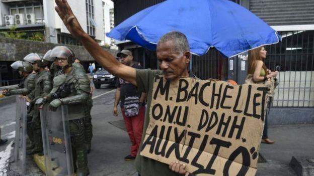 Venezuelano pede auxílio durante visita de alta comissária da ONU
