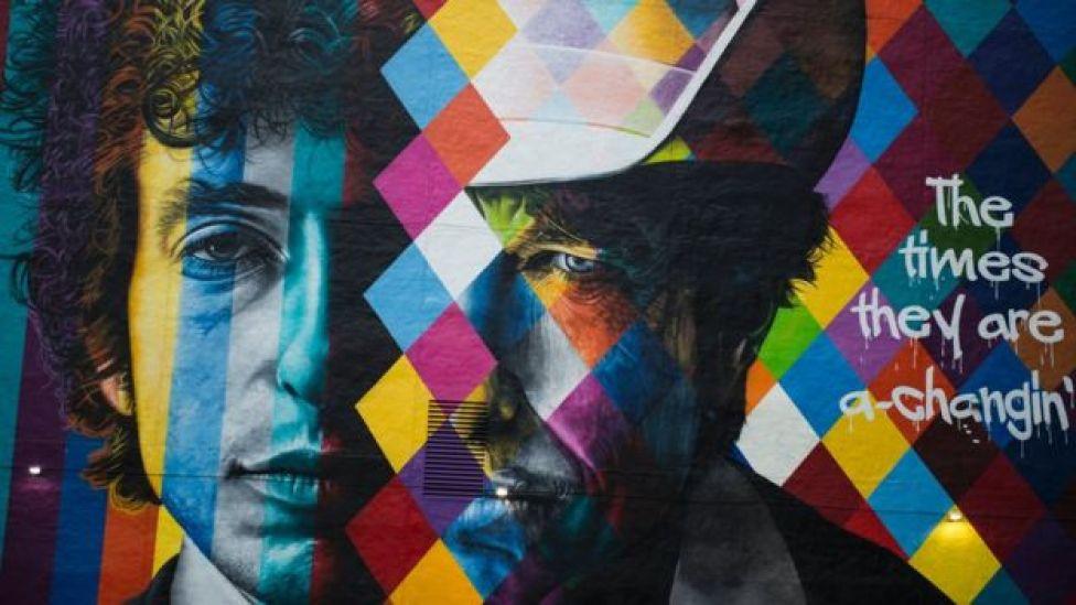 Un mural del compositor Bob Dylan pintado por el artista brasileño Eduardo Kobra en el centro de Mineápolis, Minesota el 15 de octubre de 2016.