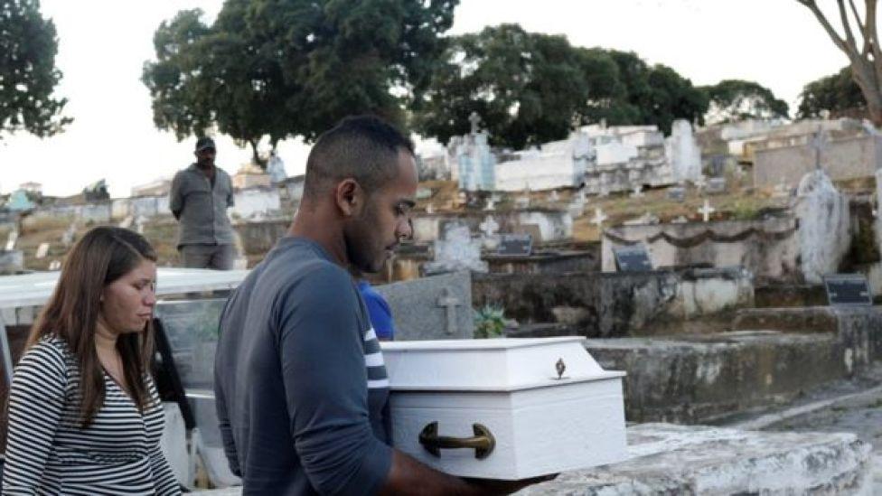 Klebson Cosme carrega o caixão de seu filho Arthur Cosm baleado na barriga da mãe