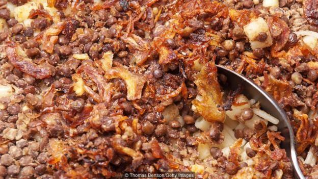 Món Koshari vừa là món ăn dân tộc Ai Cập, vừa là món ăn đường phố rất được ưa thích.