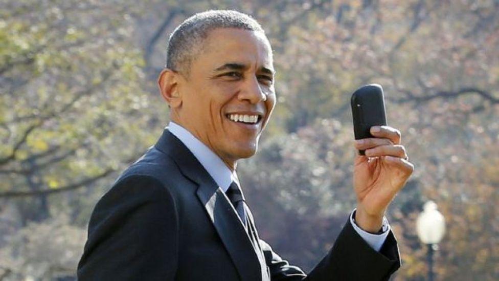 Barack Obama en 2009 con un teléfono inteligente