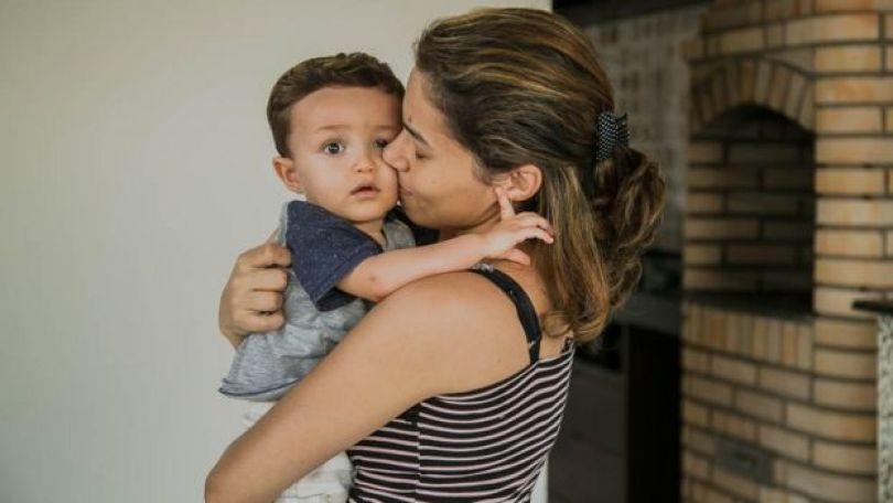 Imagem mostra Guilherme, de 1 e 4 meses, nos braços da mãe, a nutricionista Michelle Costa