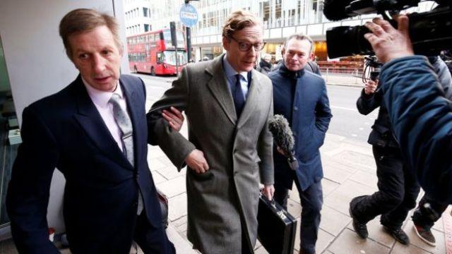 Alexander Nix chega à sede da Cambridge Analytica