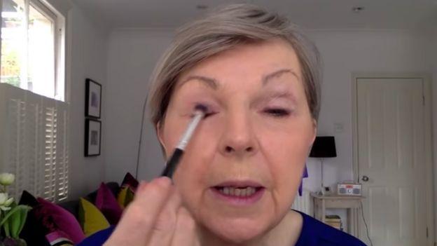 تريشيا تقدم فيديوهات على يوتيوب لتعليم طرق وضع مساحيق التجميل