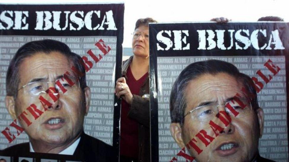 """Cartel de """"se busca"""" con la cara de Fujimori."""