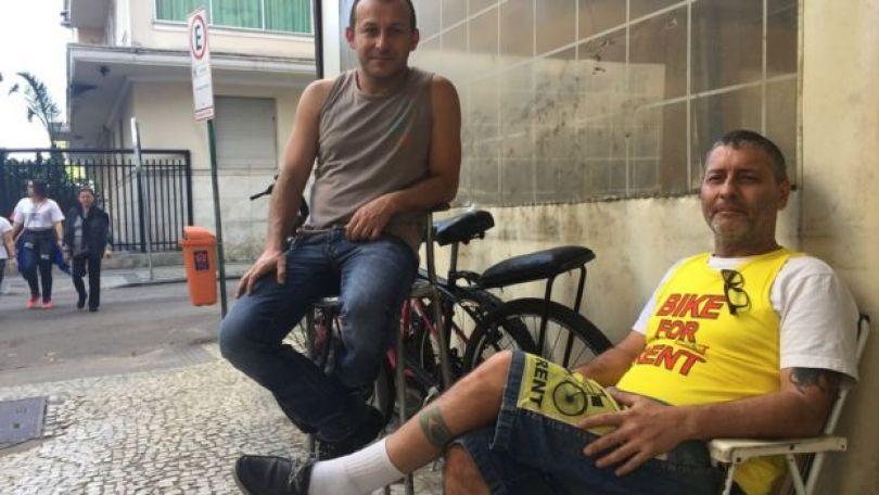 O chaveiro Antônio Leitão ao lado de colega em rua de Copacabana