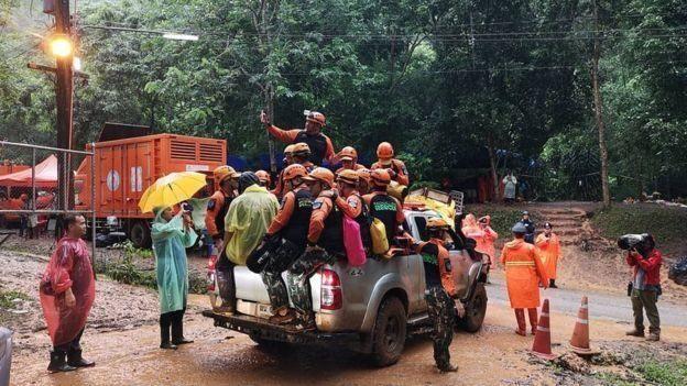 Equipes de resgate na Tailândia