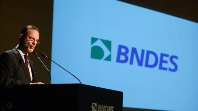 O ex-presidente do BNDES, Luciano Coutinho, discursa durante posse da nova presidente, Maria Silvia Bastos Marques