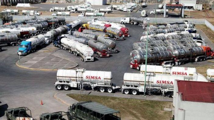 Camiones cisternas estacionados.