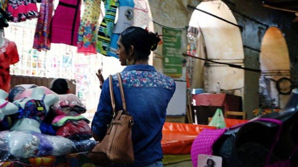 Un muxe en una tienda de Oaxaca