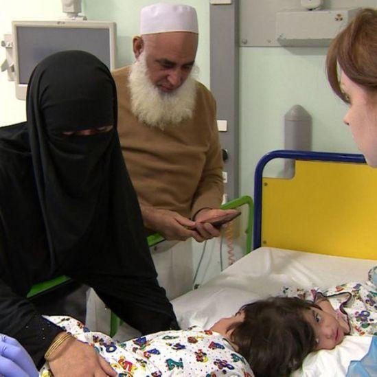 Família de Safa e Marwa ao lado das meninas em hospital em Londres