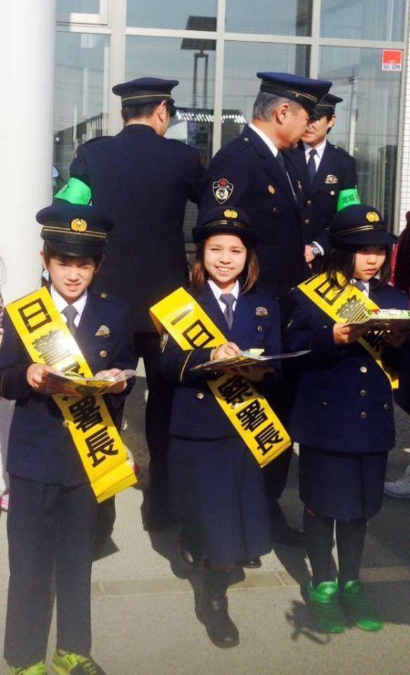 Niños japoneses en un evento organizado por la policía.