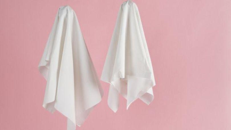 Dois lençois em fundo rosa
