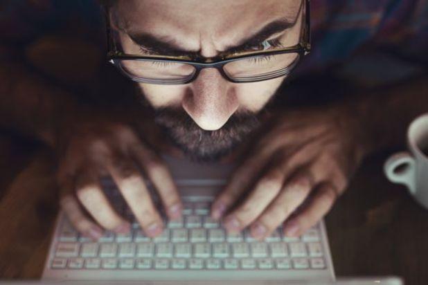 Homem olhando para a tela do computador