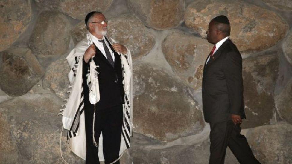El presidente de Uganda en una visita al Museo del Holocausto.