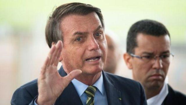 Jair Bolsonaro fala com jornalistas no Palácio da Alvorada, em 25 de março de 2020