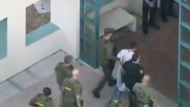 Nikolas Cruz sendo levado a uma unidade policial