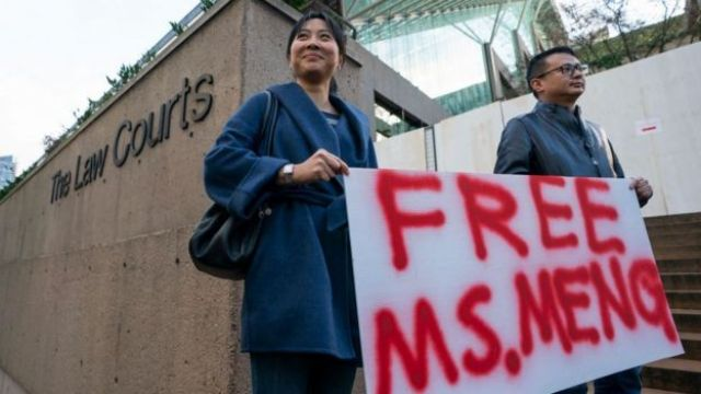 manifestantes na porta de tribunal de Vancouver