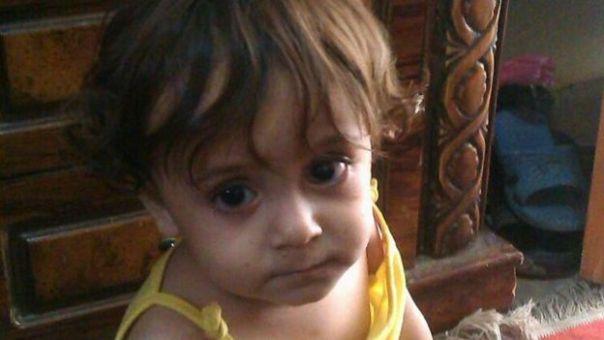 Un niño de dos años mira a la cámara