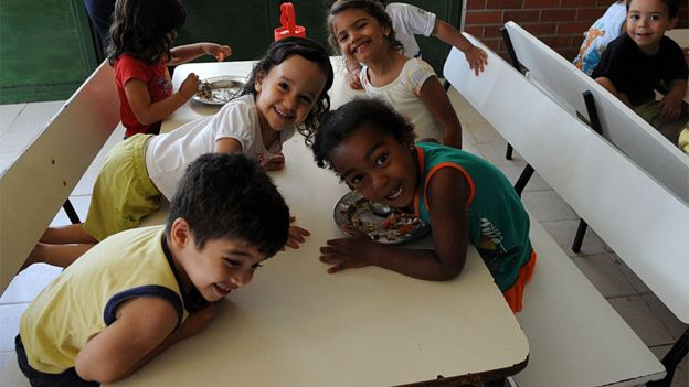 Crianças do Centro de Educação Infantil 1 recebem representantes do governo colombiano que vieram conhecer o Programa Nacional de Alimentação escolar, (Pnae)