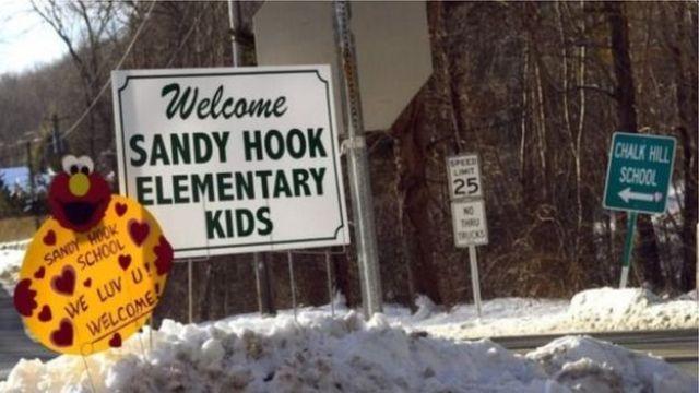 Placa de boas vindas da escola Sandy Hook