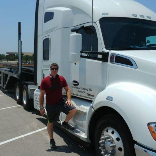 Troy Blomdal em frente a seu caminhão