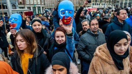"""Manifestantes em Paris seguram cartazes pedindo o fim do """"genocídio"""" dos uigures"""