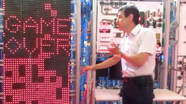 Newman demuestra la operación de su Megaprocesador