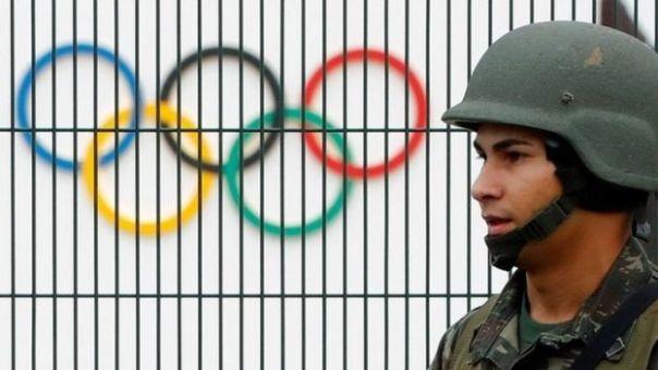 Soldado cuida el parque olímpico de Río de Janeiro, en Brasil.