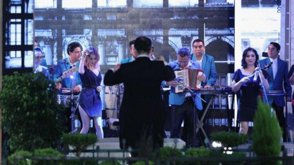 """El grupo de moda en Latinoamérica, """"Los Angeles Azules"""", amenizaron la boda."""