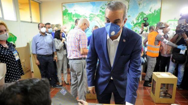 Luis Abinader durante la votación.