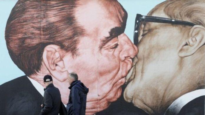 Плакат с изображением поцелуя Леонида Брежнева и Эриха Хонеккера