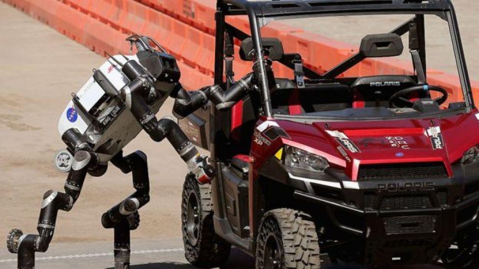 Un robot sale de un vehículo Polaris después de conducir a través de obstáculos durante una exhibición de la Agencia de Proyectos de Investigación Avanzada de Defensa del Pentágono (DARPA por sus siglas en inglés), en junio de 2015
