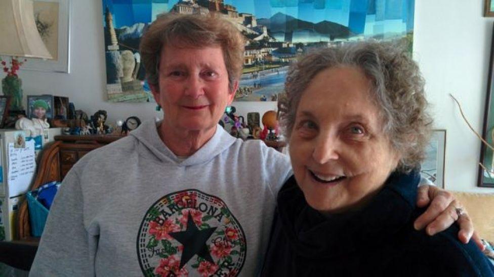 Laura (izq.) fotografiada con otra sobreviviente, Claire Janaro.