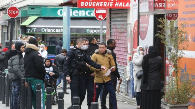 Oficiales de la policía francesa controlando las autorizaciones de salidas de personas el 2 de abril de 2020 en Saint-Denis, en las afueras de París.