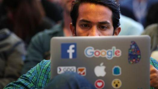 Homem olha para a tela do laptop