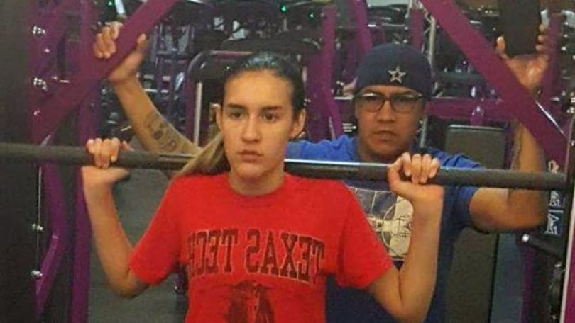 Adam ajuda a filha Abby na ginástica
