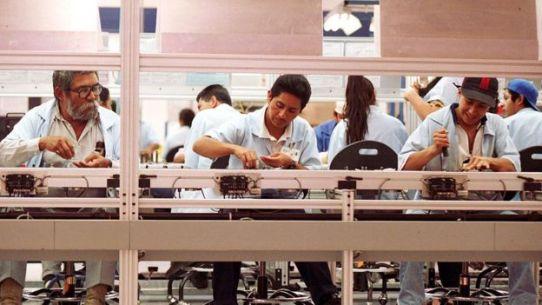 Trabajadores de una maquiladora en México