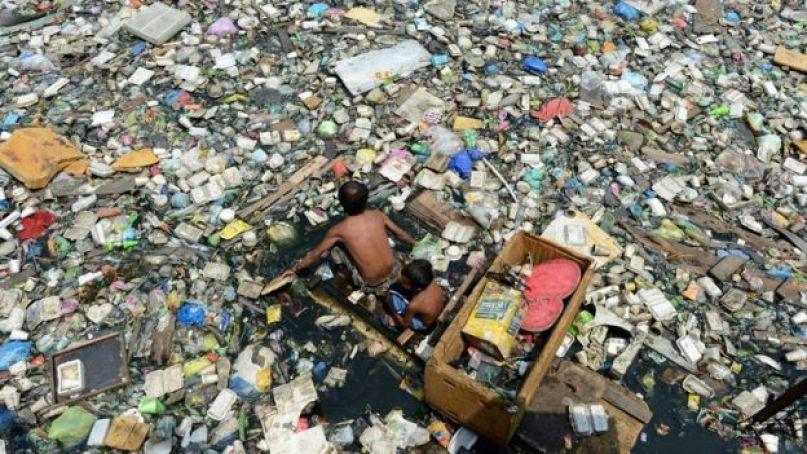 Rio filipino repleto de dejetos plásticos