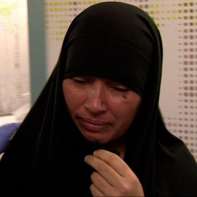 Zainab Bibi chora em quarto de hospital em Londres