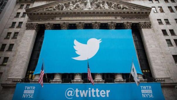 Una bandera de Twitter en la fachada del mercado de valores neoyorquino.