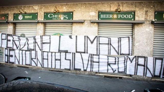 """""""iska cafi, soona dhawaaw Silvia Romano"""" ayaa ku qoran boorkan oo lagu dhejiyay magaalada ay ka soo jeeda ee Milan."""