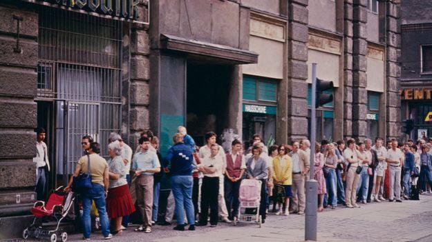 Gente haciendo cola en el este de Berlín, un día después de la introducción del marco alemán como moneda.