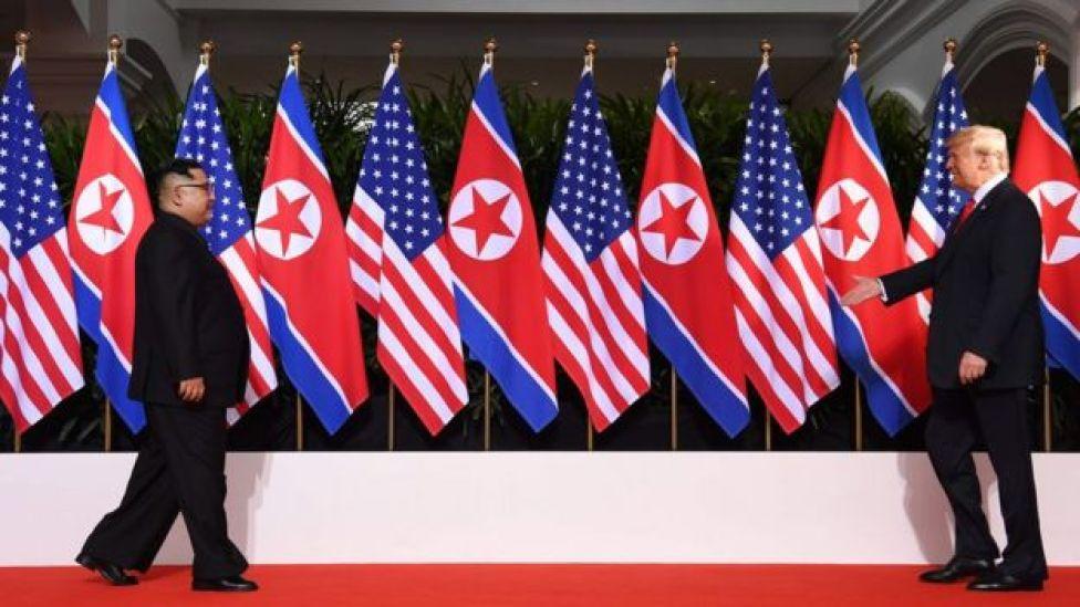 O presidente dos EUA, Donald Trump, e o líder da Coreia do Norte, Kim Jong-un, caminham em direção ao início de sua histórica cúpula no Hotel Capella, na ilha de Sentosa, em Cingapura, nesta terça-feira, dia 12