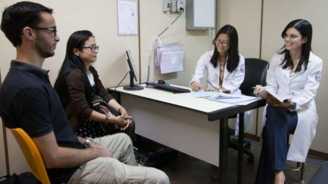 Casal faz consulta junto no Hospital das Clínicas, em SP