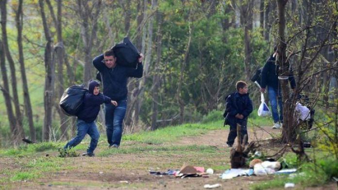 Sınırda kurulan kampa girmeye çalışan bir Suriyeli aile