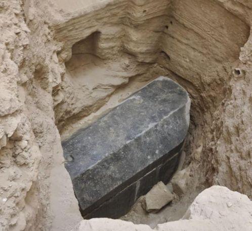 El pesado sarcófago fue encontrado a 5 metros de profundidad.