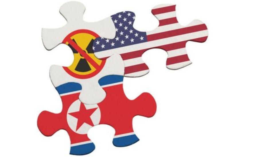 Piezas de rompecabezas con banderas e insignia nuclear