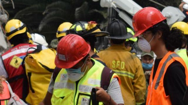 Rescatistas en una zona de derrumbe en Ciudad de México.